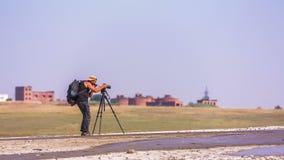 Cameraman Is Working At de Aard stock videobeelden