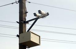 Cameratoezicht op pijler dichtbij weg voor verkeer controle stock afbeeldingen