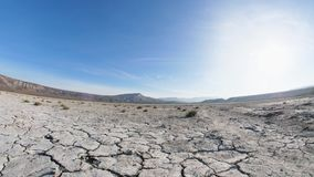Cameravlucht over de woestijn in bergen met dunne vegetatie stock videobeelden