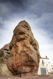 Camere alla base dei monoliti dell'arenaria rossa nel villaggio di Chequilla, provincia di Guadalajara, Spagna Fotografia Stock Libera da Diritti