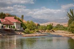 Camere che stanno in una valle di un fiume della montagna Fotografia Stock Libera da Diritti