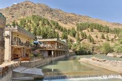 Camere che stanno in una valle di un fiume della montagna Immagine Stock Libera da Diritti