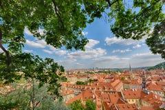 Camere con i tetti rossi tradizionali ed alberi nel distretto di Praga Mala Strana in repubblica Ceca Alberi e foglie verdi in FO Immagini Stock