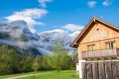 Camere con il fondo dei picchi delle alpi delle montagne Immagini Stock Libere da Diritti