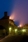 Camere con illuminazione nella città medioevale fotografia stock