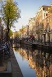 Camere da un lato del canale durante il tramonto immagine stock libera da diritti