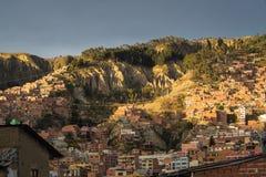 Camere del La Paz con la cabina di funivia di Teleferico, Bolivia fotografia stock