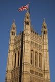 Camere del Parlamento con la bandiera di Union Jack, Londra fotografie stock