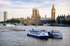 Camere del Parlamento, con le barche in priorità alta Immagini Stock