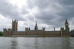 Camere del Parlamento contro un cielo di presentimento immagine stock