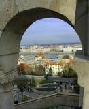 Camere del ` s di Budapest del Parlamento osservate attraverso un arco del bastione del ` s del pescatore immagine stock libera da diritti