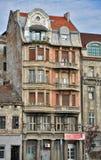 Vecchia casa dentro in città Fotografia Stock Libera da Diritti
