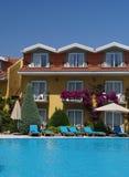 Camere di albergo del Poolside Fotografia Stock