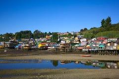 Camere di legno del trampolo di Palafito in Castro, arcipelago di Chiloe, Cile fotografie stock