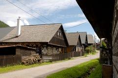 Camere di legno in villaggio Cicmany Immagini Stock