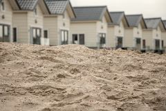Camere dietro la sabbia sulla spiaggia Immagine Stock Libera da Diritti