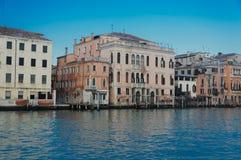 Camere e costruzioni commerciali sul canal grande a Venezia Immagine Stock