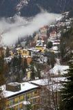 Camere e nebbia nel Male Gastein del villaggio della località di soggiorno di montagna delle alpi Fotografie Stock