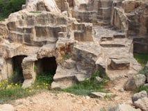 Camere e punti scolpiti nella tomba dell'area di re dei paphos Cipro fotografie stock libere da diritti