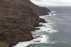 Camere e scogliera vicino all'oceano al villaggio di Alojera La Gomera Le Isole Canarie immagine stock libera da diritti