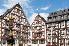 Camere e statua in Bernkastel medievale, Germania Fotografia Stock