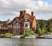 Camere ed attracchi della riva del fiume immagini stock libere da diritti