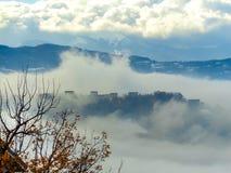 Camere in mezzo alla nebbia fotografie stock