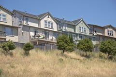 Camere su un pendio di collina in Richmond California immagine stock