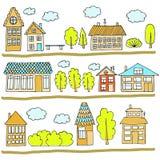 Camere su una via Illustrazione di un paesaggio della città con la casa urbana, gli alberi, il banco e le nuvole Doodle lo stile Immagini Stock
