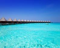 Camere sui mucchi sul mare in un giorno soleggiato. Le Maldive Fotografie Stock