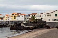 Camere sulla riva dell'isola delle Azzorre immagine stock