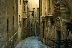 Camere tradizionali di architettura edifici maltesi tradizionali di Malta e destinati esotico del fondo di viaggio di concetto di Immagine Stock