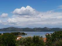 Camere in un paesaggio rurale nel Mediterraneo Immagini Stock