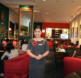 Cameriera di bar alla barra Fotografia Stock