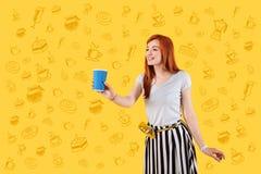 Cameriera di bar amichevole che sorride e che offre un vetro di caffè fotografia stock libera da diritti