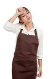 Cameriera di bar asiatica provata in grembiule Fotografia Stock