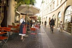 Cameriera di bar aspettante, Bolzano Italia Immagini Stock