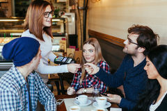 Cameriera di bar Charging Customers Bill immagini stock