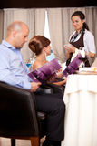 Cameriera di bar che cattura l'ordine dalla tabella del ristorante Fotografia Stock