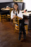 Cameriera di bar che cattura una rottura Immagine Stock