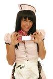 Cameriera di bar che mostra un biglietto da visita Immagine Stock Libera da Diritti