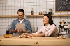 Cameriera di bar che prende i biscotti sul piatto dalla tavola fotografie stock libere da diritti