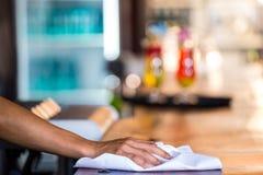 Cameriera di bar che pulisce il contatore fotografia stock libera da diritti