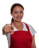 Cameriera di bar cinese amichevole che indica voi Fotografia Stock