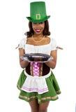 Cameriera di bar in costume del giorno di St Patrick Immagini Stock