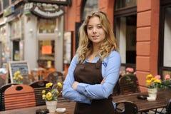 Cameriera di bar davanti al ristorante Fotografie Stock