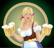Cameriera di bar della ragazza con, una birra a disposizione Fotografie Stock