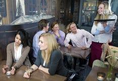 Cameriera di bar di risata Immagini Stock