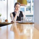 Cameriera di bar infelice sul lavoro Immagine Stock