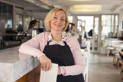 Cameriera di bar ispirata che aspetta i suoi clienti fotografia stock libera da diritti